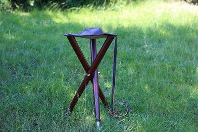 Driebenige aanzitstoel (hout - leer - metalen voet)